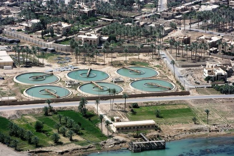 Очистные сооружения сточных вод By Jeremy M. Giacomino, U.S. Marine Corps [Public domain]_Wikimedia_Commons_https://commons.wikimedia.org/wiki/File%3AWater_treatment_plant_in_Ramadi.jpg