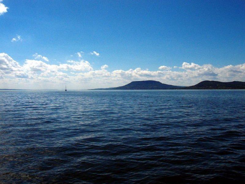 Озеро Балатон By Thomas Jüngling (Own work) [Public domain], via Wikimedia Commons https://commons.wikimedia.org/wiki/File%3ABalaton_(Plattensee)_020.JPG