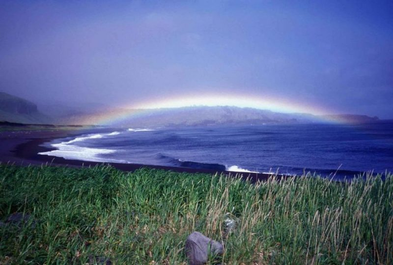 Радуга By Ebbert Steve, U.S. Fish and Wildlife Service [Public domain]_Wikimedia_Commons_https://commons.wikimedia.org/wiki/File%3ASeguam_island_rainbow_over_lava_point.jpg