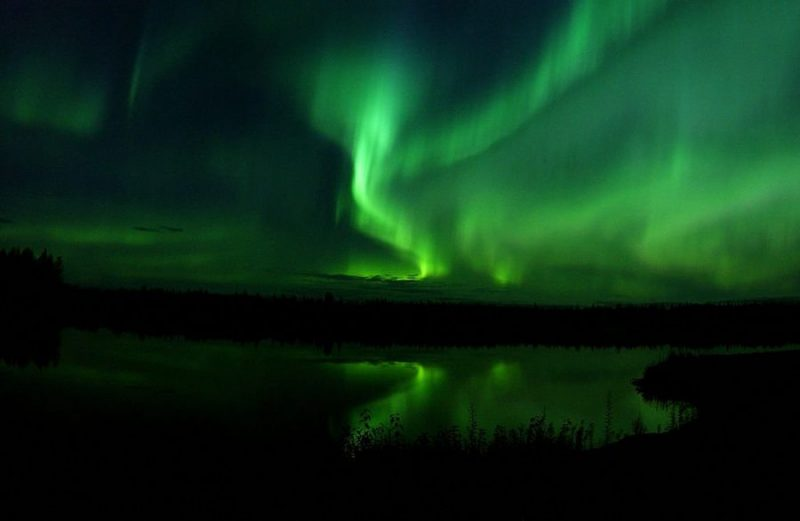 Северное сияние By SSGT JOSHUA STRANG [Public domain], via Wikimedia Commons https://commons.wikimedia.org/wiki/File%3AThe_Aurora_Borealis_or_Northern_Lights_shine_above_Bear_Lake_in_Alaska_050910-F-MS415-009.jpg