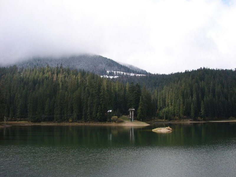 Озеро Синевир MSha [Public domain]_Wikimedia_Commons_https://commons.wikimedia.org/wiki/File%3ASynevyr-1.jpg