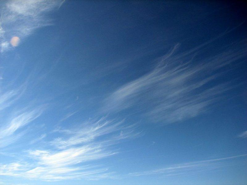 Перистые облака By Kefi (Own work) [Public domain], via Wikimedia Commons_https://commons.wikimedia.org/wiki/File%3ACirrusUncinus.JPG